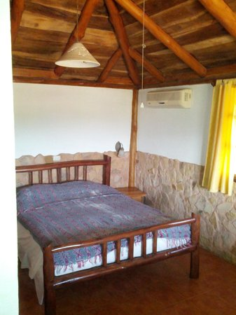 ‪‪El Sabanero Eco Lodge‬: Queen bed and A/C‬