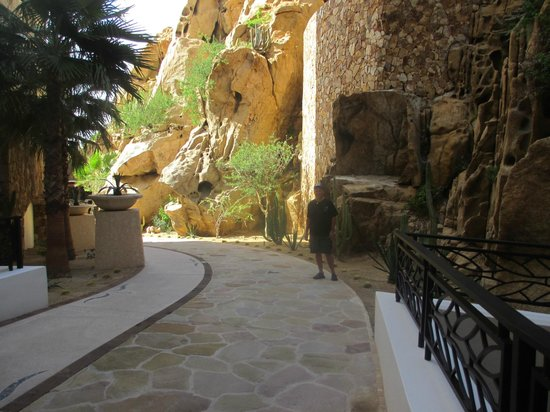 Grand Solmar Land's End Resort & Spa: Pathway to lobby