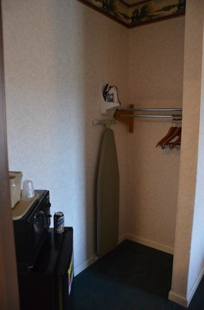 Alpine Lodge & Suites: Ironing board.