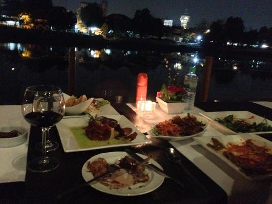 RarinJinda Wellness Spa Resort: dining by the river at Deck1