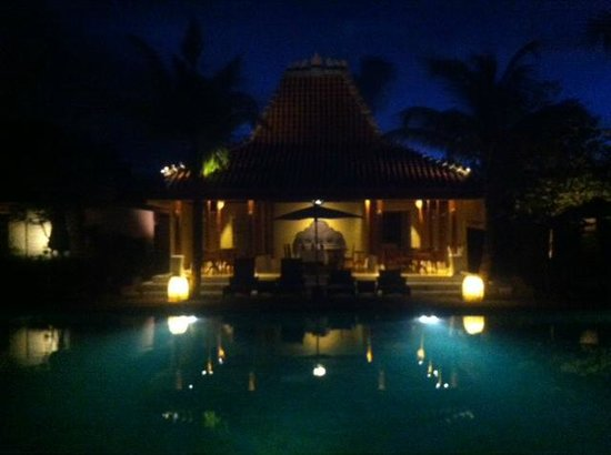Sudamala Suites & Villas: Pool area at night - perfect time for a swim.