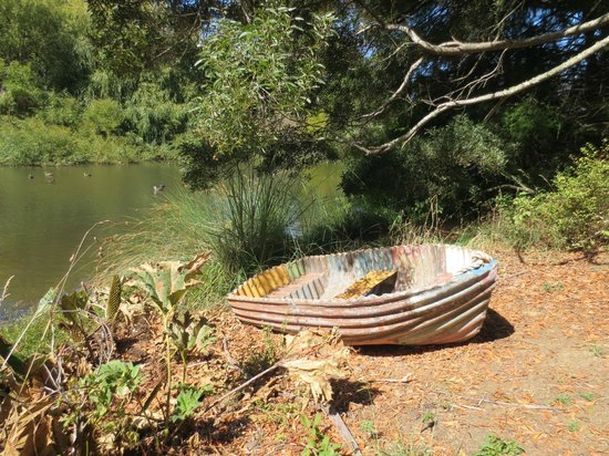 Snells Beach, Yeni Zelanda: Metal boat sculpture