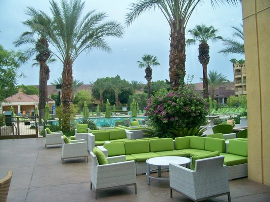 Renaissance Palm Springs Hotel: Comfy chairs poolside