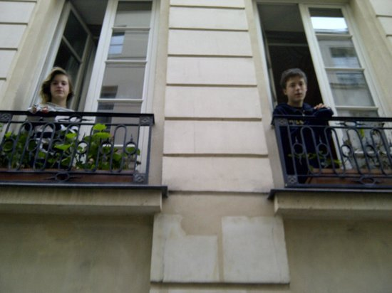 Bonne Nuit Paris: Jardin du marais front windows