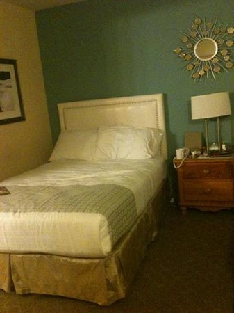 Wine Valley Inn & Cottages - A Broughton Hotel: one of the full beds in a double bed standard room