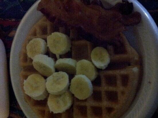 Econo Lodge Old Town: hot breakfast. fresh fruit waffle and side of bacon yum !