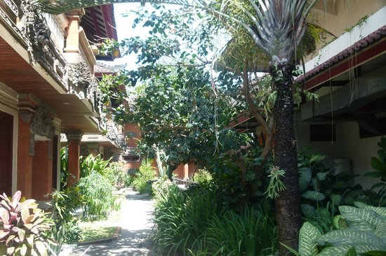 SEMINYAK PARADISO HOTEL: The typical Balinese atmosphere despite of the trendy surrounding