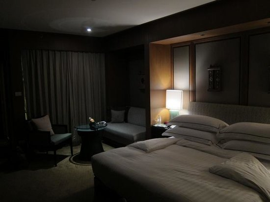 Conrad Bangkok Hotel: Our room late at night