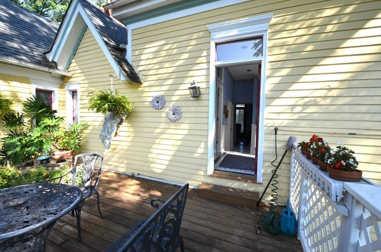 Sugar Magnolia Bed & Breakfast: The Royal Suite - roof top deck - shared with Garden Room.