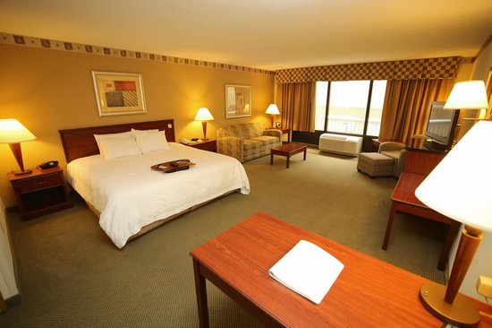 Hampton Inn & Suites Lake Mary at Colonial TownPark: King handicap accessible suite