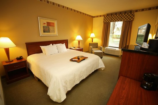 Hampton Inn & Suites Lake Mary at Colonial TownPark: King handicap accessible standard