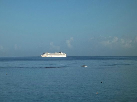 Silver Seas Resort Hotel: We watched the cruise ships come and go