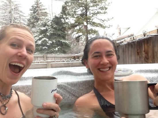 Best Kept Secret B & B: hot tub with mountain views and SNOW!