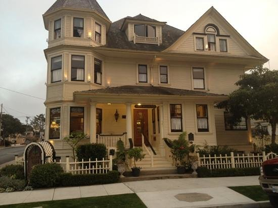 Pacific Grove Inn: front of house. we had the top floor