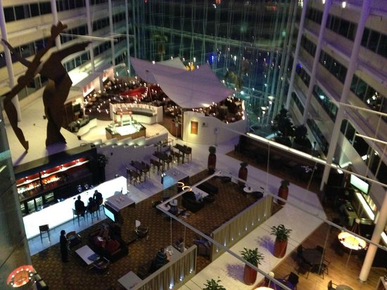 Hilton London Heathrow Airport: Looking down on the restaurant