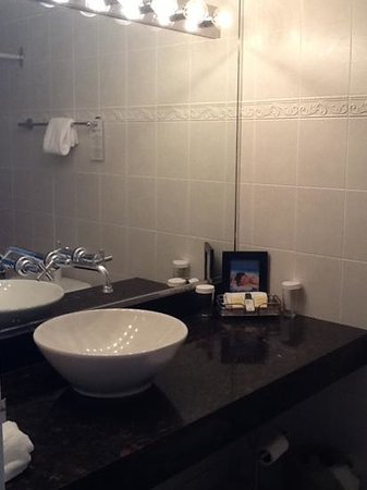 Century Plaza Hotel &amp; Spa: clean bathrooms with nice toiletries and lots of towels