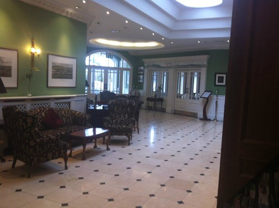 Dromhall Hotel: Seating in the foyer
