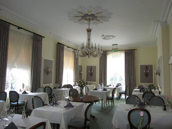 Arundell Arms Hotel: The dinning room...beautiful