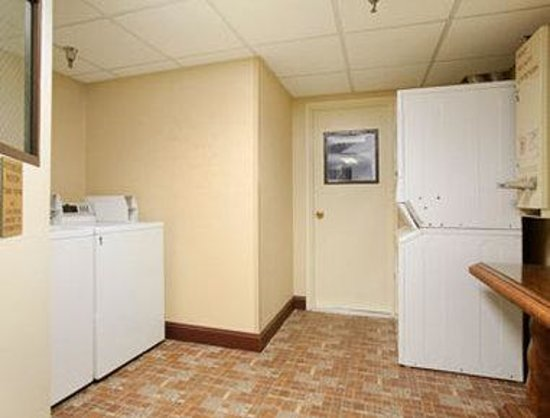 Howard Johnson Inn Suffern: Laundry Room