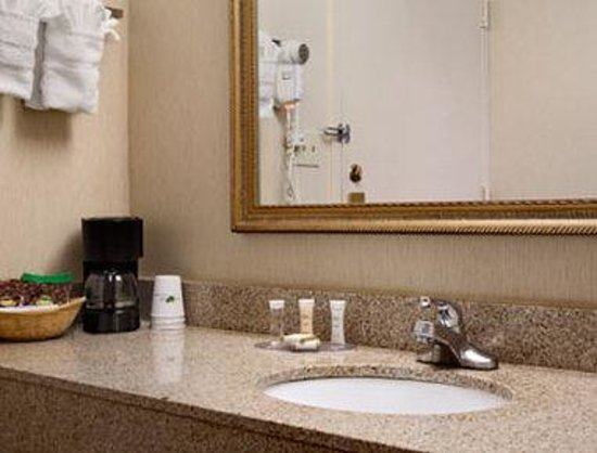 Howard Johnson Inn Suffern: Bathroom