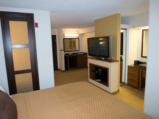 Hyatt Place Kansas City Airport: Bedroom looking into sitting area