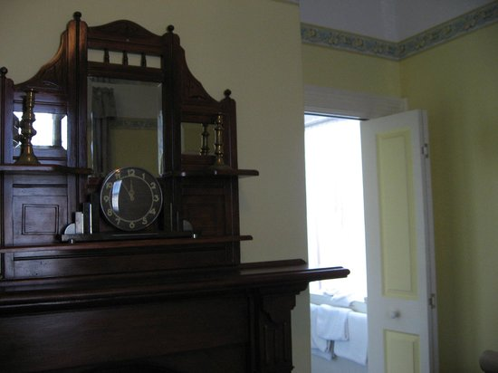 The Old Bakery Inn: Fireplace in room