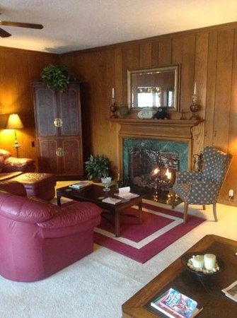 Brookside Mountain Mist Inn : Den with comfy couches, fireplace and beautiful mountain view