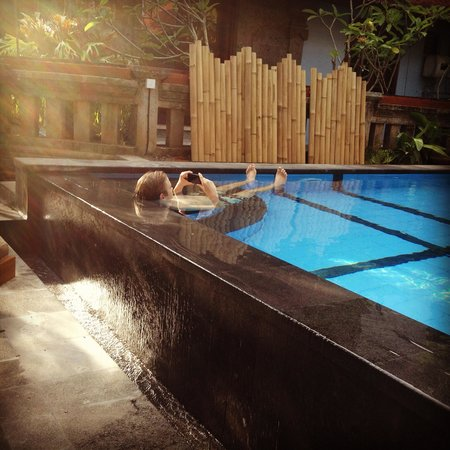 Gunung Merta Bungalows: Relaxing by the pool