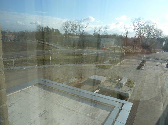 The Mason Inn Conference Center & Hotel: View from Bedroom -Not very nice, yes?