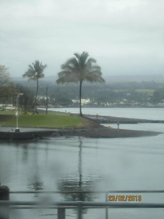 Castle Hilo Hawaiian Hotel: View out the front of hotel