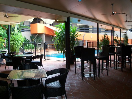 Reef Gateway Hotel: Poolside area. Full undercover with fans to kep you cool!