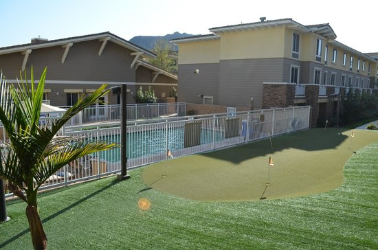 Homewood Suites Agoura Hills: Poolarea and minigolf