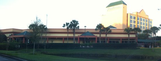 Radisson Resort Orlando-Celebration: Mandolin's Restaurant and a view of 6000 building
