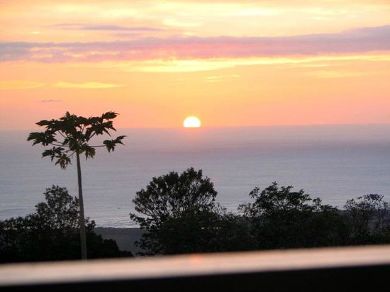 Hale Hualalai Bed and Breakfast: Our first sunset in Kona from our own private lanai.