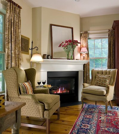 Hillsdale, Νέα Υόρκη: Unwind at days end with a glass of wine by the fire.