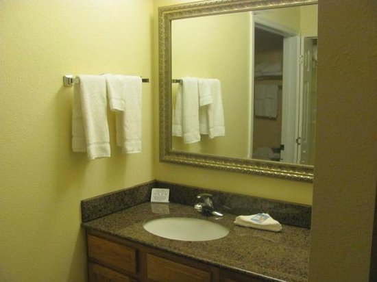 Staybridge Suites near Hamilton Place : bathroom