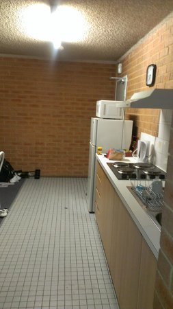 City Stay Apartment Hotel: Kitchen