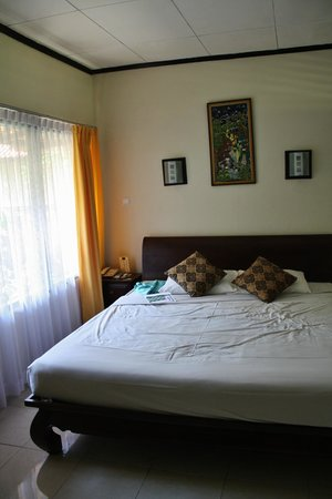 Puri Dalem Hotel: Our huge bed