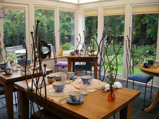 Trafford Bank Guest House: A living room in the conservatory