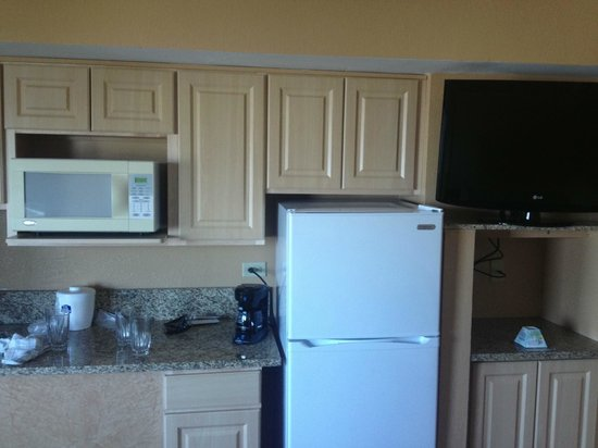BEST WESTERN New Smyrna Beach Hotel & Suites: Note no handles on on any of the door and just a microwave to cook with