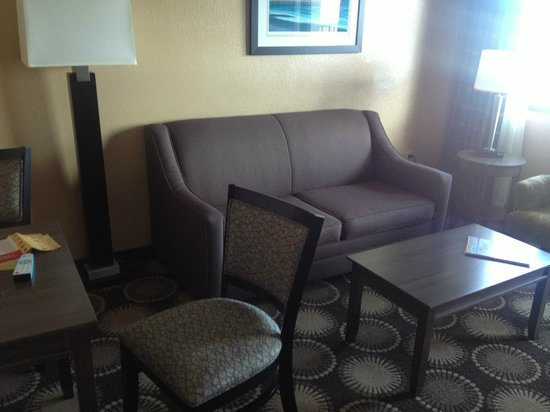 BEST WESTERN New Smyrna Beach Hotel & Suites: The furniture and carpets were dull an old