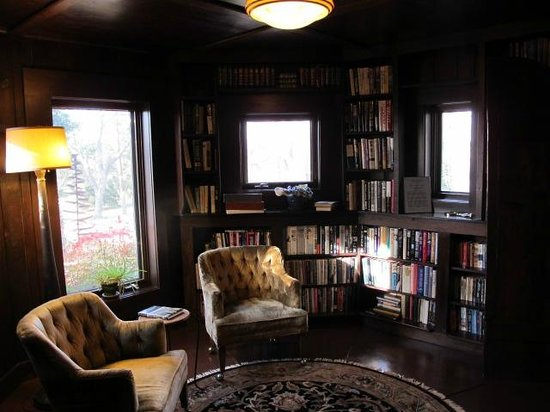 Cedar Rock Inn: The library