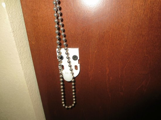 Hampton Inn & Suites St. Louis/South I-55: Broken shade clip
