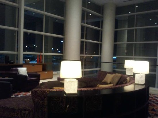 Renaissance Schaumburg Hotel and Convention Center: Seating area next to hotel desk