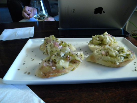 Glendeven Inn: Bruschetta appetizer at the wine bar(n)