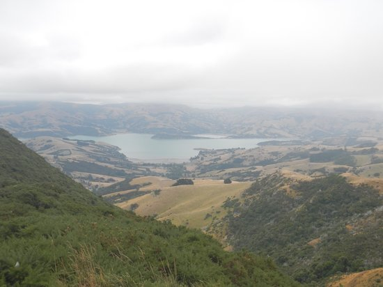 Akaroa Criterion Motel: Looking down from the scenic drive