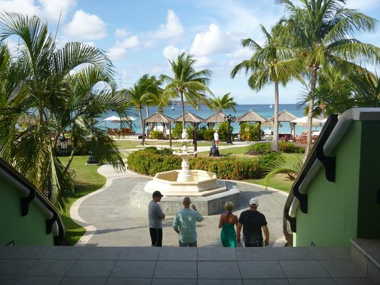 Sandals Grande St. Lucian Spa & Beach Resort: view coming down from lobby