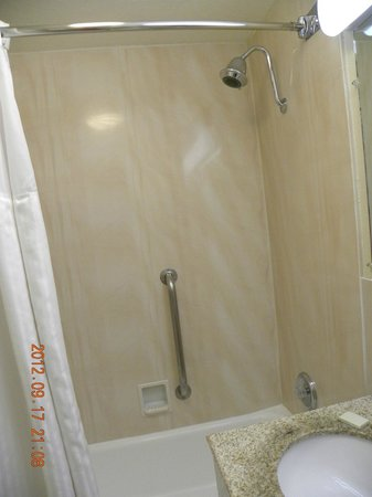BEST WESTERN Turquoise Inn &amp; Suites: Tub/shower area