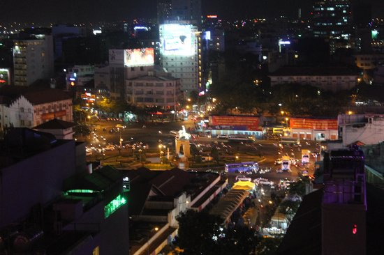 Golden Central Hotel: Night view over Ben Thanh Markets