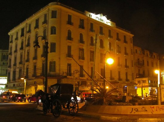 Paradise Inn Le Metropole Hotel: the hotel at night